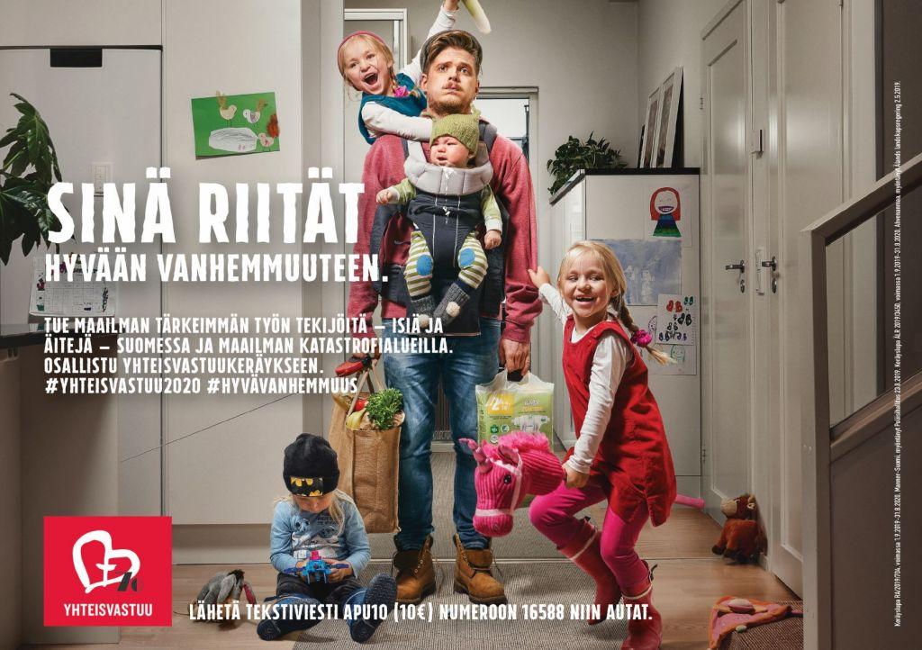 """Kuvassa väsynyt isä ja neljä lasta sotkuisessa eteisessä. Vasemmassa alakulmassa yhteisvastuu-logo ja sen ylpäuolella teksti """"Sinä riität"""".."""