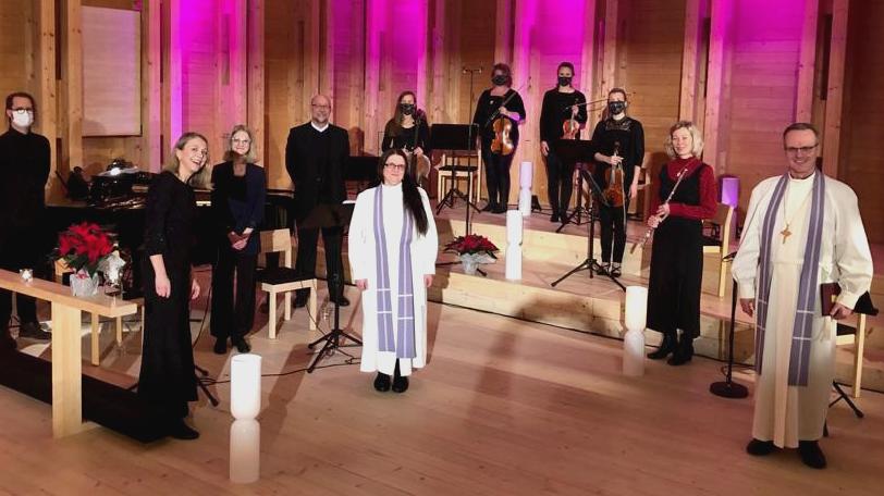 Kuvassa jumalanpalveluksen toimittajat kuvattuna Viikin kirkon kuorissa.