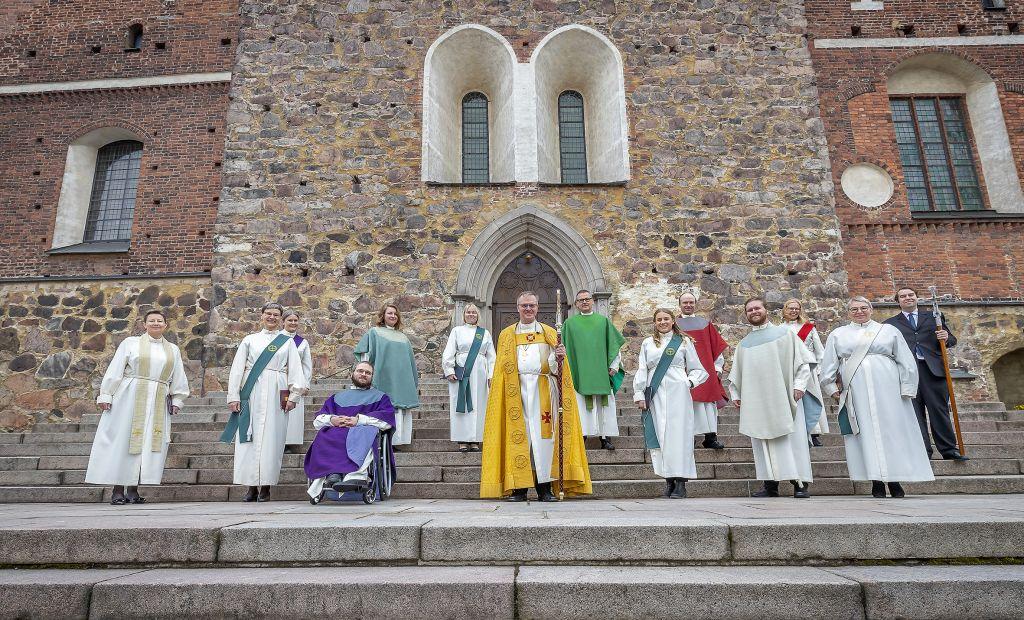 Arkkipiispa Tapio Luoma ja tuoreet papit, diakonit ja diakonissat Turun tuomiokirkon portailla