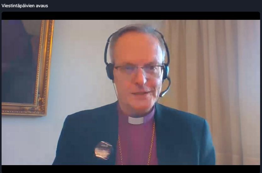 Arkkipiispa pitää avajaispuhetta tietokoneen ruudulla, etäyhteyden välityksellä Turun tuomiokapitulista.