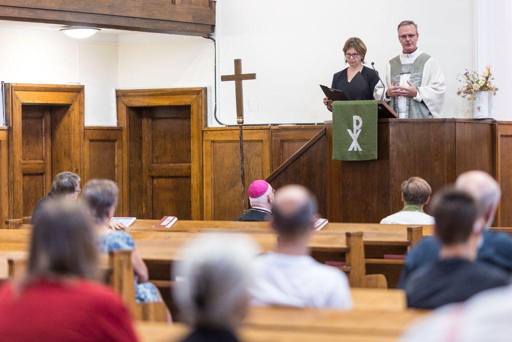 Arkkipiispa saarnaa, tulkki kääntää saarnaa unkariksi